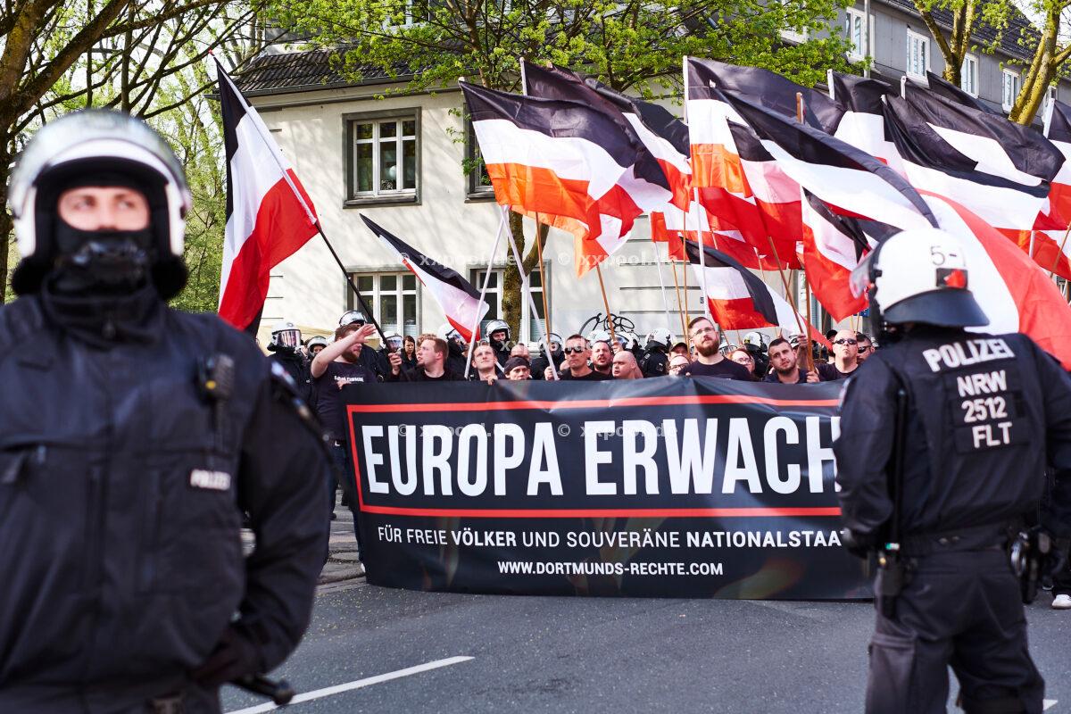 """Deutschland, Neonazidemo in Dortmund. Unter dem Motto """"Europa erwache! Unser Europa ist nicht ihre Union!"""", findet am 14. April 2018 ein Neonazi-Aufmarsch statt. © 2018 Roland Geisheimer / attenzione / Agentur Focus."""