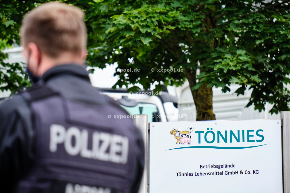 Animal rights activists occupy Tönnie's roof