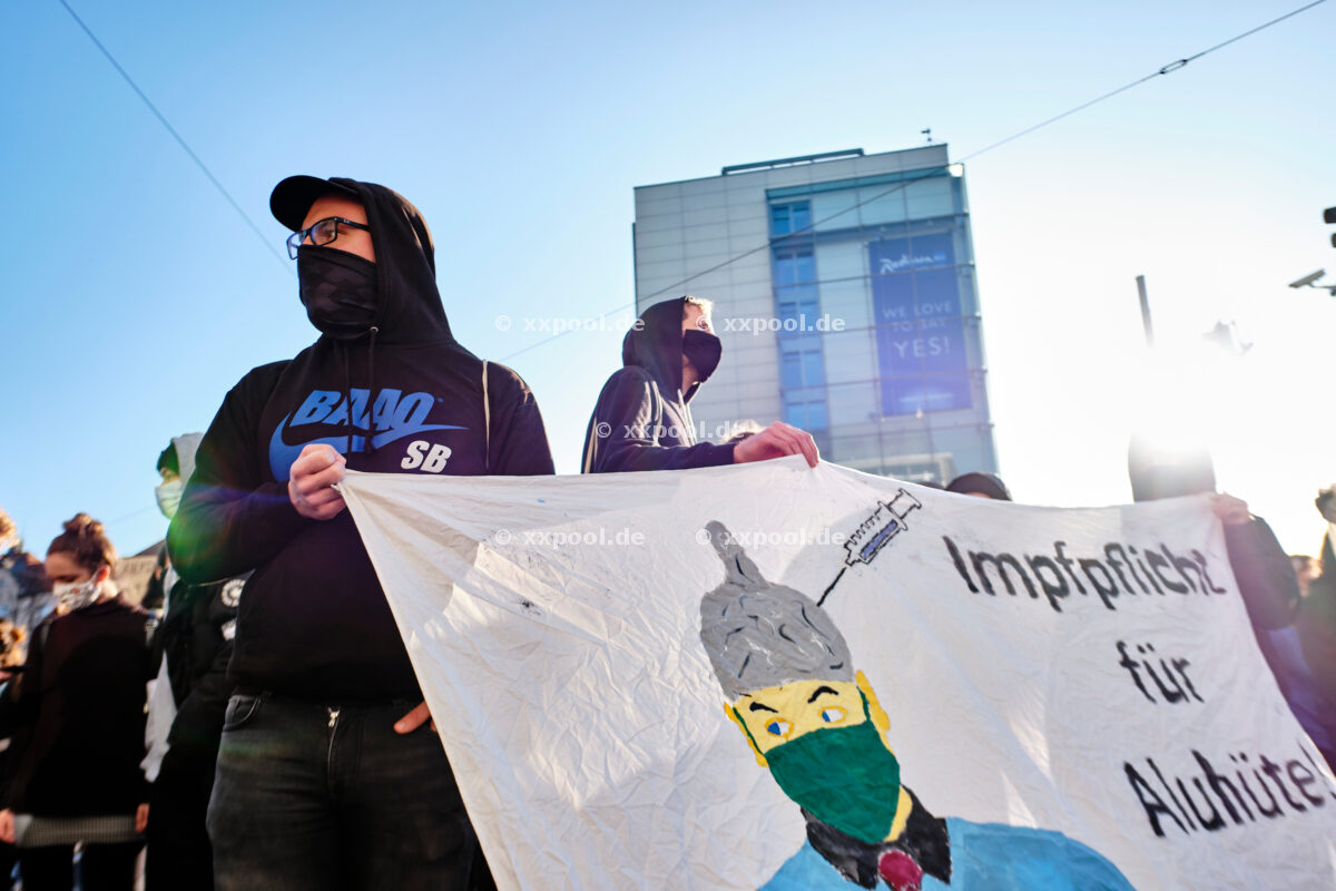 Protests against pandemic measures - counter-protest