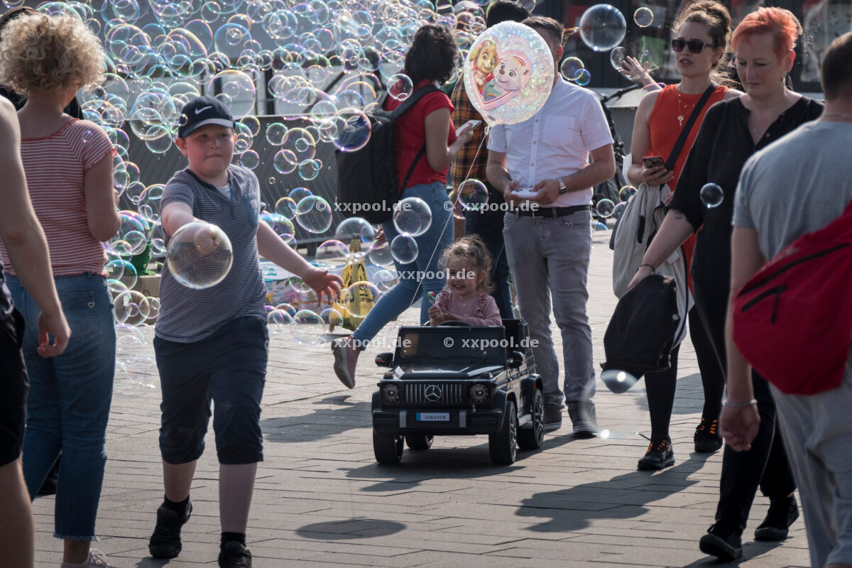 Hamburg, Landungsbrücken. Soap bubble spectacle puts young and old in a good mood. © Martin Langer / Agentur Focus