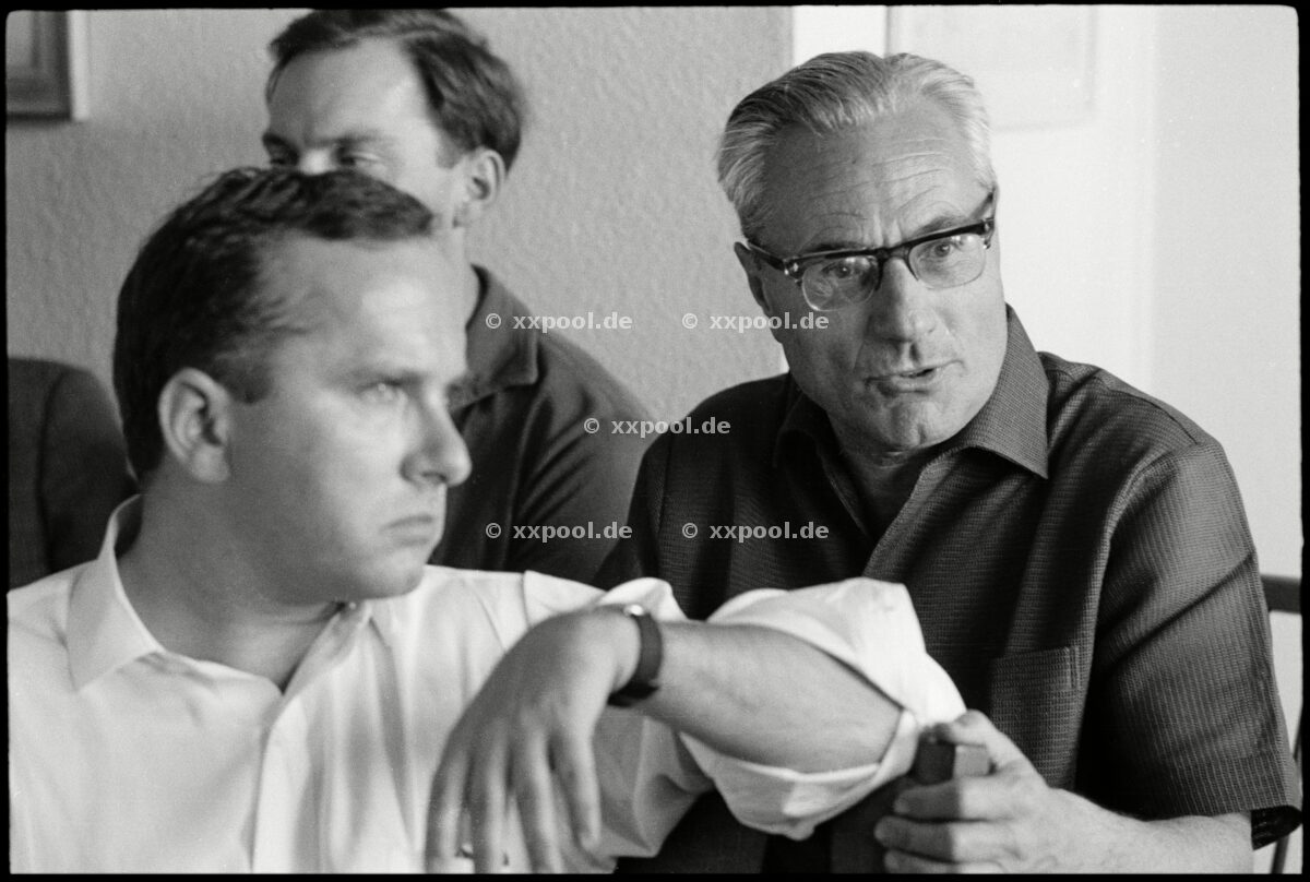 ~ de: The publisher Gerd Bucerius with editor Hans Gresmann in the vo