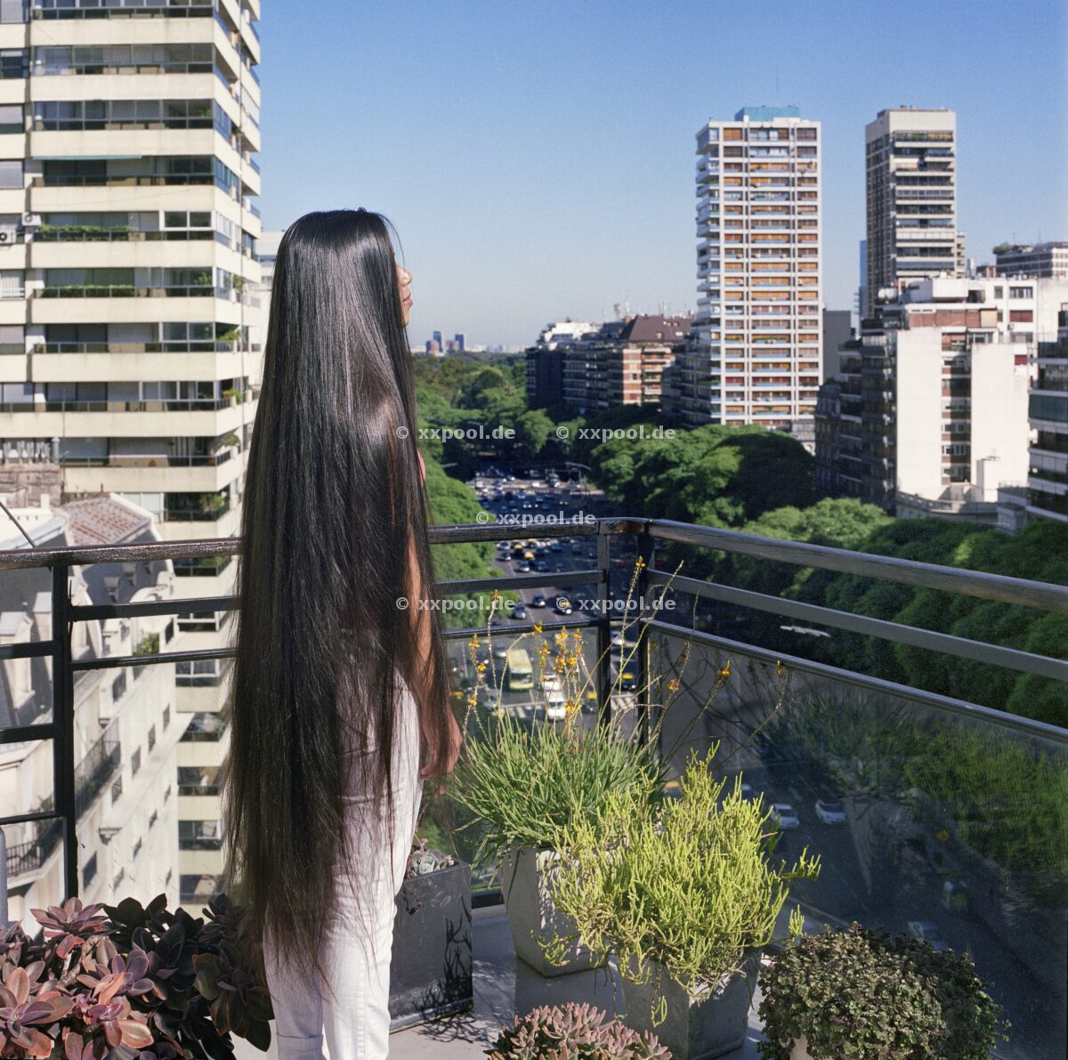 Hair, Julieta enjoys a typical Buenos Aires view for the first time. She gets a lot of attention from men when she lets her hair down on the street, so she usually braids it.   (c) Irina Werning / Agentur Focus