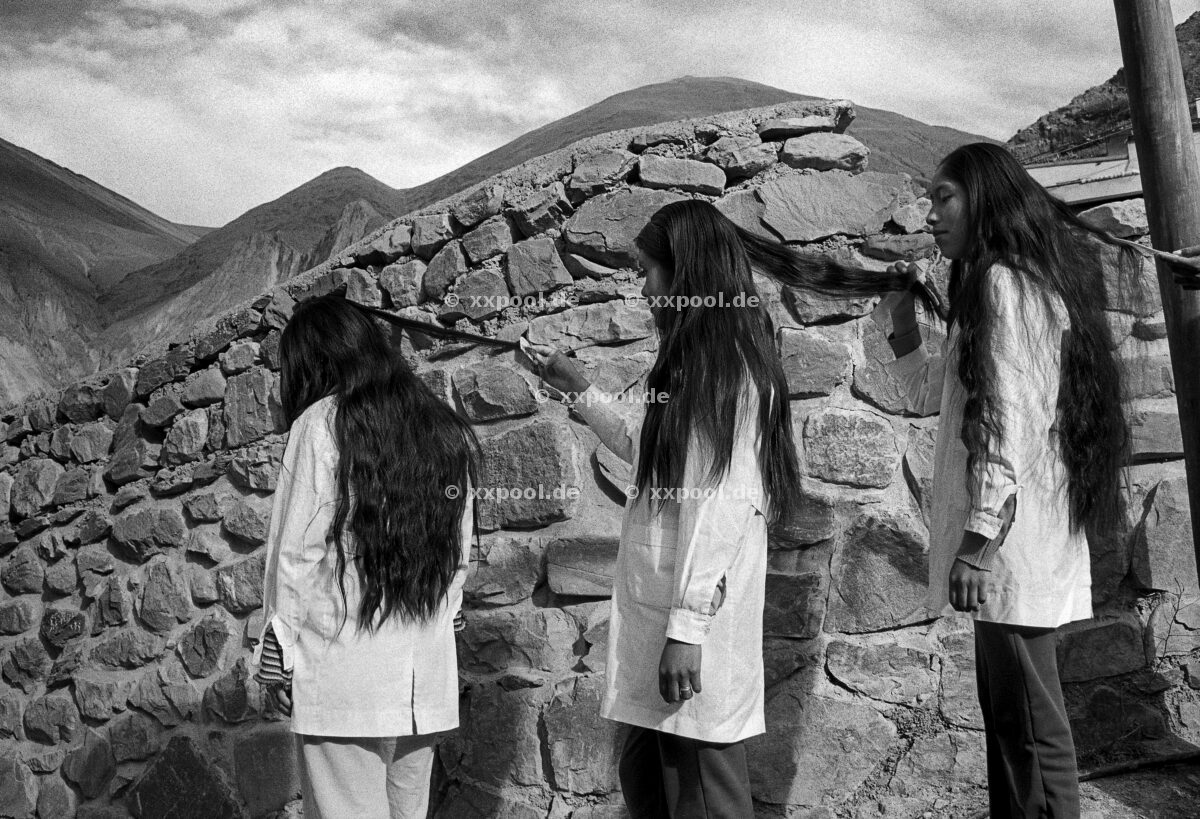 Hair, Three friends comb their hair in Iruya, a small indigenous mountain town in the Andes (Northeast Argentina). Girls usually help eachother comb their hair due to its length.  (c) Irina Werning / Agentur Focus